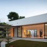 Bungalow Designed Around Indoor Courtyard Atelier
