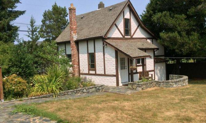 Cozy Two Storey House Separate Garage Saanich