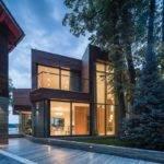 Extensive Glass Defining Modern Lake House