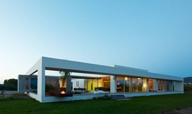 Minimialist House Blends Easily Natural Surroundings