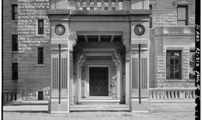 Porte Cochere West Chateau Sur Mer Bellevue Avenue